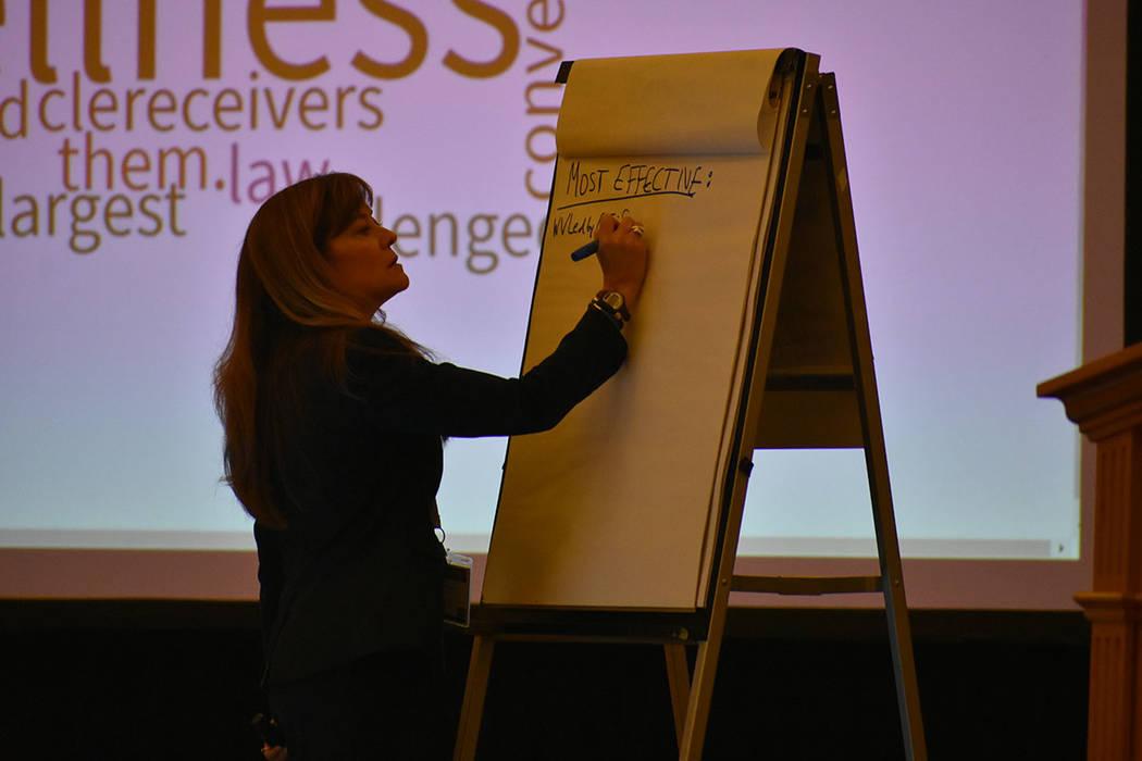 La abogada Terry Harrell anota las ideas de los participantes de la conferencia 'The Power of Wellness' (El poder del bienestar). Sábado 26 de enero de 2019 en el hotel y casino Caesars Palac ...