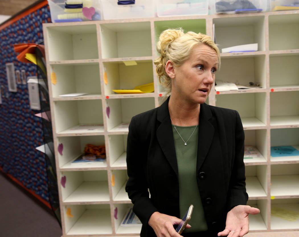 La directora de Tate Elementary, Sarah Popek, habla con un reportero en la escuela de Las Vegas el jueves 17 de enero de 2019. (K.M. Cannon / Las Vegas Review-Journal) @KMCannonPhoto