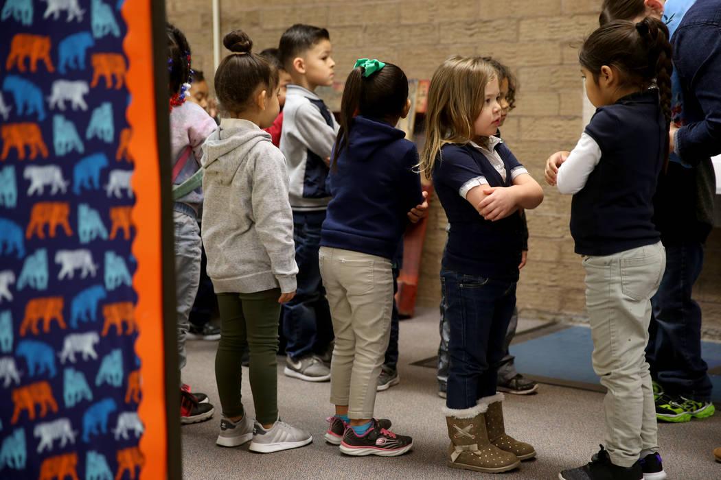 Los estudiantes de preescolar, Mia Caamano Palafox, derecha, e Iris Vázquez, se preparan para caminar a clase con su maestra Leigh Todd en Tate Elementary en Las Vegas el jueves 17 de enero de 20 ...