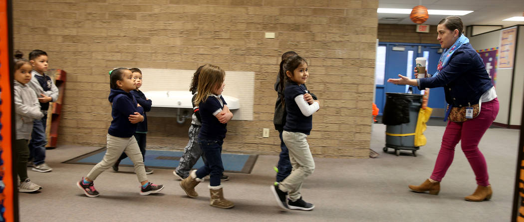 Leigh Todd, maestra de preescolar, lleva a sus alumnos a clases en la escuela primaria Tate en Las Vegas el jueves 17 de enero de 2019. (K.M. Cannon / Las Vegas Review-Journal) @KMCannonPhoto