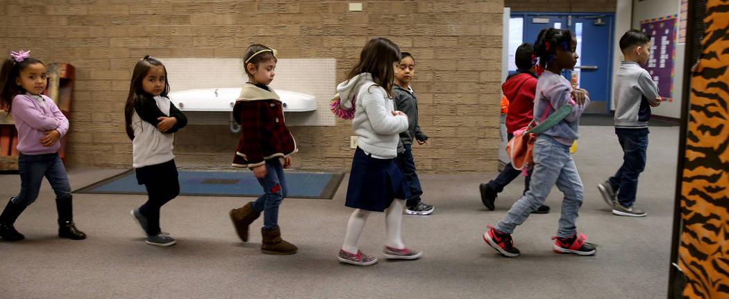 Los estudiantes de preescolar de Leigh Todd caminan a clase en Tate Elementary en Las Vegas el jueves 17 de enero de 2019. (K.M. Cannon / Las Vegas Review-Journal) @KMCannonPhoto