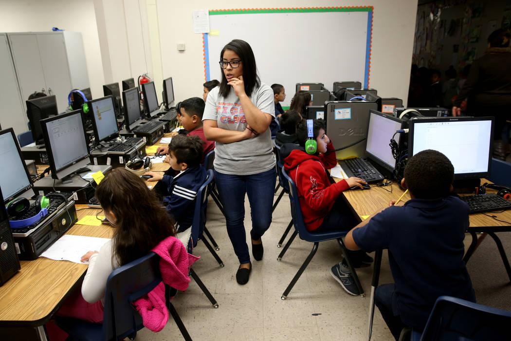 Yahaira Vega monitorea un examen de matemáticas de segundo grado en Tate Elementary en Las Vegas el jueves 17 de enero de 2019. (K.M. Cannon / Las Vegas Review-Journal) @KMCannonPhoto