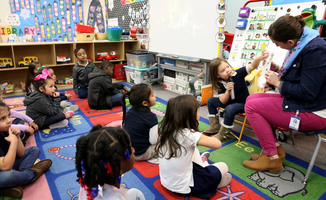 La estudiante de preescolar Iris Vázquez habla sobre su proyecto con la maestra Leigh Todd en la escuela primaria Tate en Las Vegas el jueves 17 de enero de 2019. A la izquierda está Fernanda Ag ...
