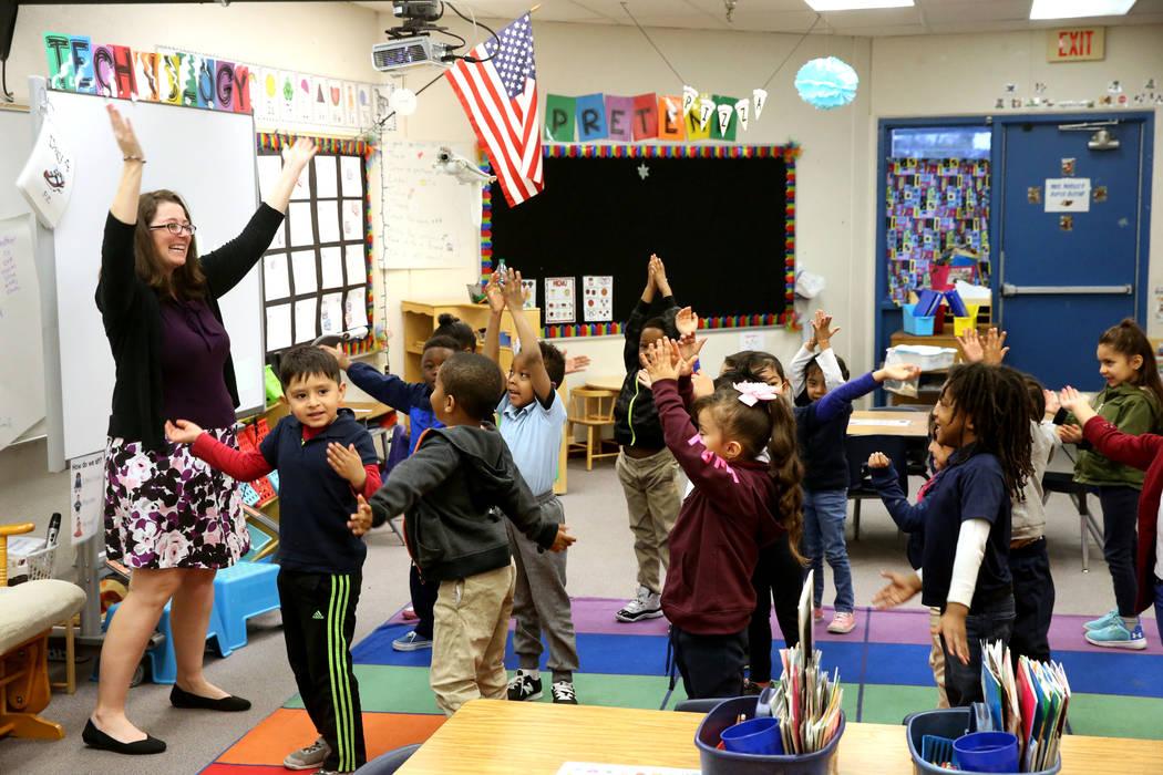 La maestra de kindergarten, Virginia Mosier, realiza un aspecto físico de un ejercicio de escritura con sus alumnos en la escuela primaria Tate en Las Vegas el jueves 17 de enero de 2019. (K.M. C ...