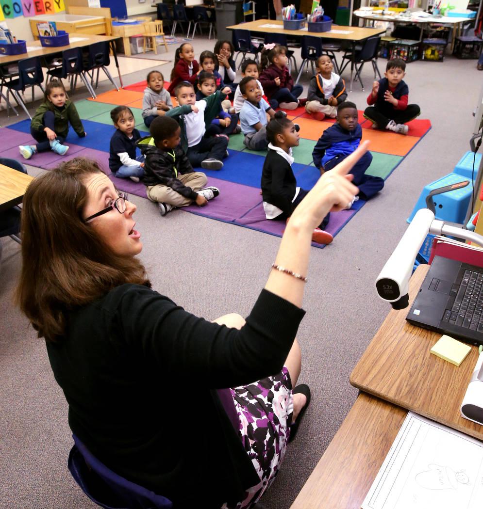 La maestra de kindergarten Virginia Mosier trabaja en un ejercicio de escritura con sus alumnos en Tate Elementary en Las Vegas el jueves 17 de enero de 2019. (K.M. Cannon / Las Vegas Review-Journ ...