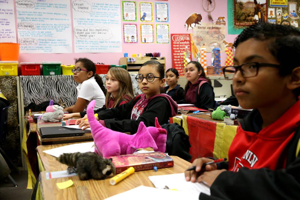 Los estudiantes, desde la izquierda, Kimberly Morales, Caroline De La Cruz, Stephany García Porras, Vaneza Corona, Kimberly Baldenegro y Jevan Durán-Carrillo, se ponen capas y gafas durante una ...