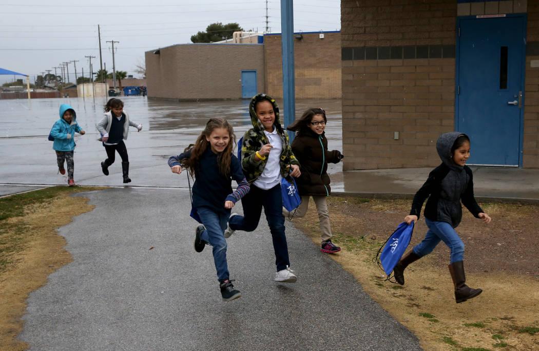 Los estudiantes de segundo grado corren al Centro de Lectura Zoom en Tate Elementary en Las Vegas el jueves 17 de enero de 2019. (K.M. Cannon / Las Vegas Review-Journal) @KMCannonPhoto