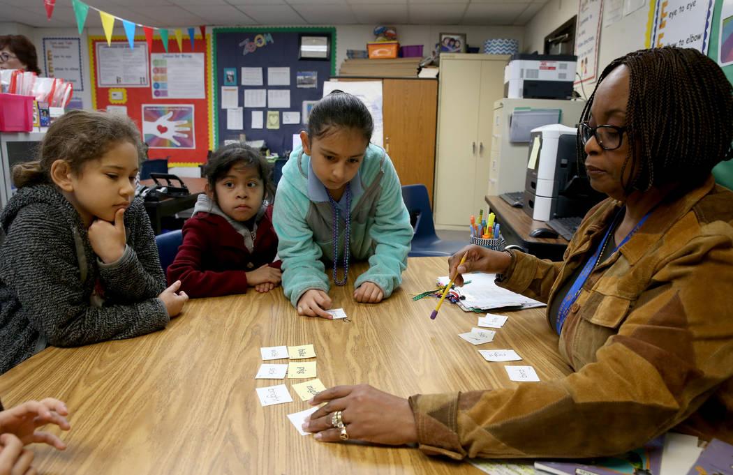 Jessie Jackson, una tutora profesional, enseña a niños de segundo grado, de izquierda a derecha, Aleina Luna, Jaqueline Cuevas Reyes y Melanie Campos Palma en el Zoom Reading Center en Tate Elem ...
