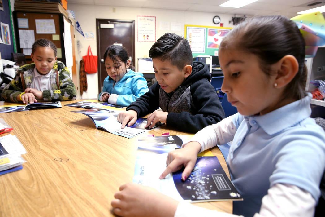 Los alumnos de segundo grado, desde la izquierda, Skylar Kaufman, Mildred Navarro-Can, Christopher Olguin y Kayla Enríquez, leyeron en el Centro de Lectura Zoom en Tate Elementary en Las Vegas el ...