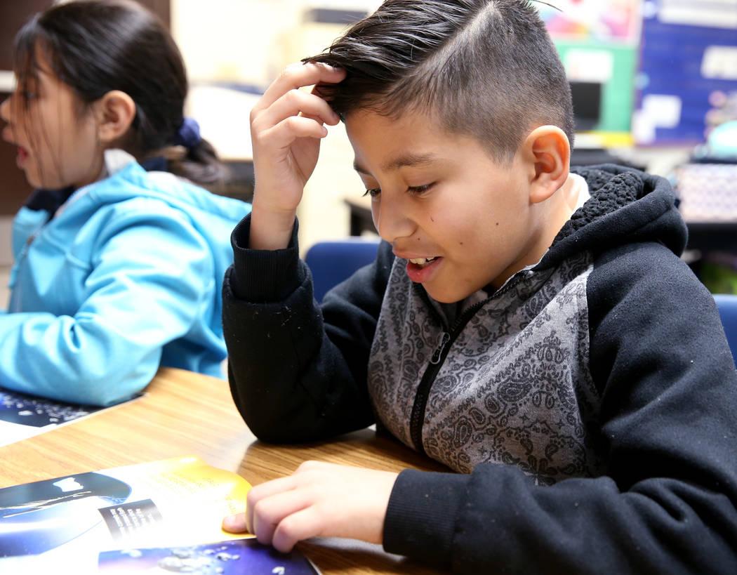 Christopher Olguin, estudiante de segundo grado, lee en el Zoom Reading Center en Tate Elementary en Las Vegas el jueves 17 de enero de 2019. (K.M. Cannon / Las Vegas Review-Journal) @KMCannonPhoto