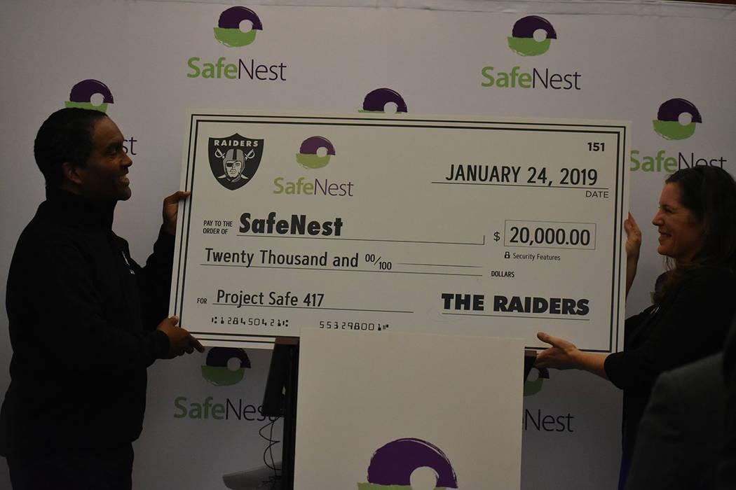 Los Raiders hicieron una donación de $20,000 a beneficio del Proyecto Safe 417 de SafeNest. Jueves 24 de enero de 2018 en la oficina de SafeNest. Foto Anthony Avellaneda / El Tiempo.