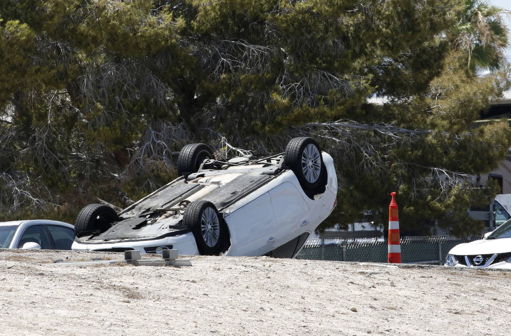 Un automóvil volcado involucrado en un accidente de varios vehículos se ve en Boulder Highway en U.S. Highway 95 en Las Vegas. Bizuayehu Tesfaye / Las Vegas Review-Journal @bizutesfaye