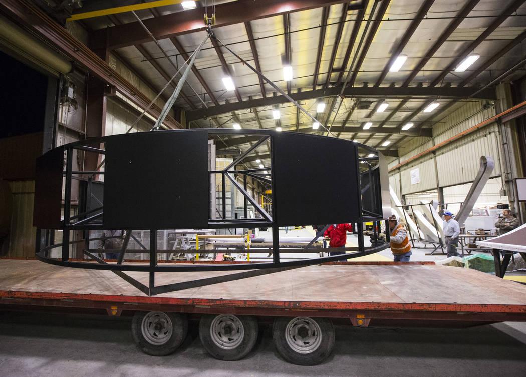 La base del letrero de guitarra Hard Rock Cafe se carga en un camión en YESCO antes de ser transportado al Museo Neon en Las Vegas el lunes 28 de enero de 2019. Chase Stevens Las Vegas Review-Jou ...