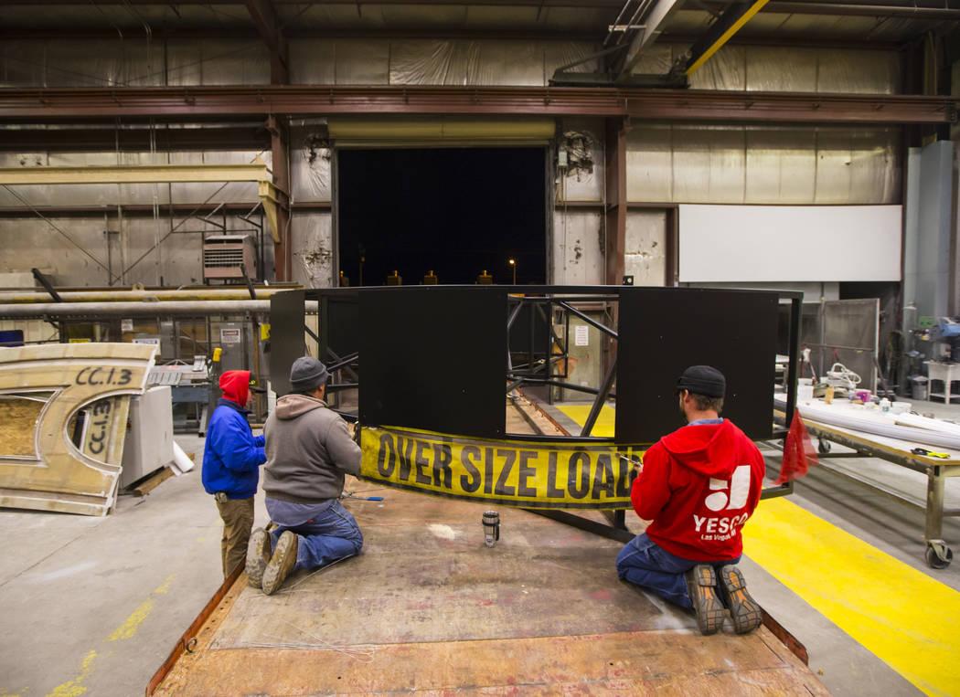 Los empleados de YESCO se preparan para trasladar la base del letrero de guitarra del Hard Rock Café al Neon Museum en Las Vegas el lunes 28 de enero de 2019. Chase Stevens Las Vegas Review-Journ ...