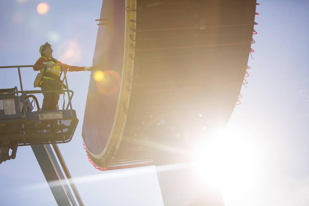 Un empleado de YESCO en un elevador guía la primera pieza del letrero de guitarra del Hard Rock Café en su lugar en el Neon Museum de Las Vegas el lunes 28 de enero de 2019. Chase Stevens Las Ve ...