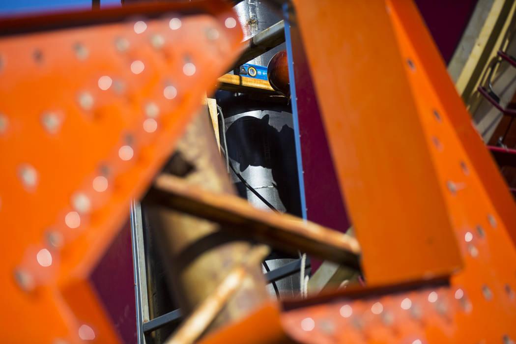 La primera pieza del letrero de guitarra del Hard Rock Café se encuentra fuera del Neon Museum antes de ser instalada por los empleados de YESCO en Las Vegas el lunes 28 de enero de 2019. Chase S ...