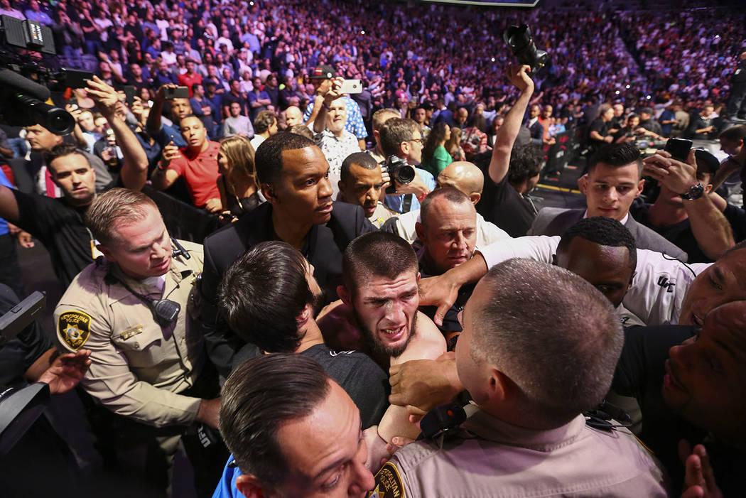 Khabib Nurmagomedov está restringido fuera del octágono después de vencer a Conor McGregor en UFC 229 en T-Mobile Arena en Las Vegas el sábado 6 de octubre de 2018. Chase Stevens Las Vegas Rev ...
