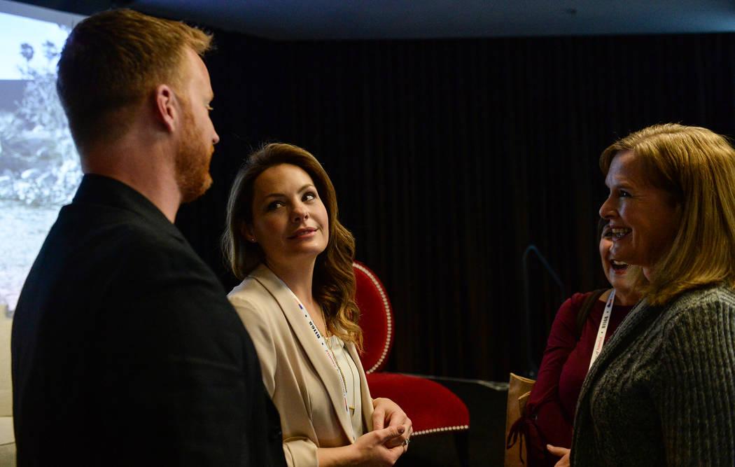"""Eric y Lindsey Bennett, estrellas de """"Desert Flippers"""" de HGTV, hablan durante un panel sobre la reventa de casas durante el segundo día del Mercado de Las Vegas que tuvo lugar en el World Market ..."""