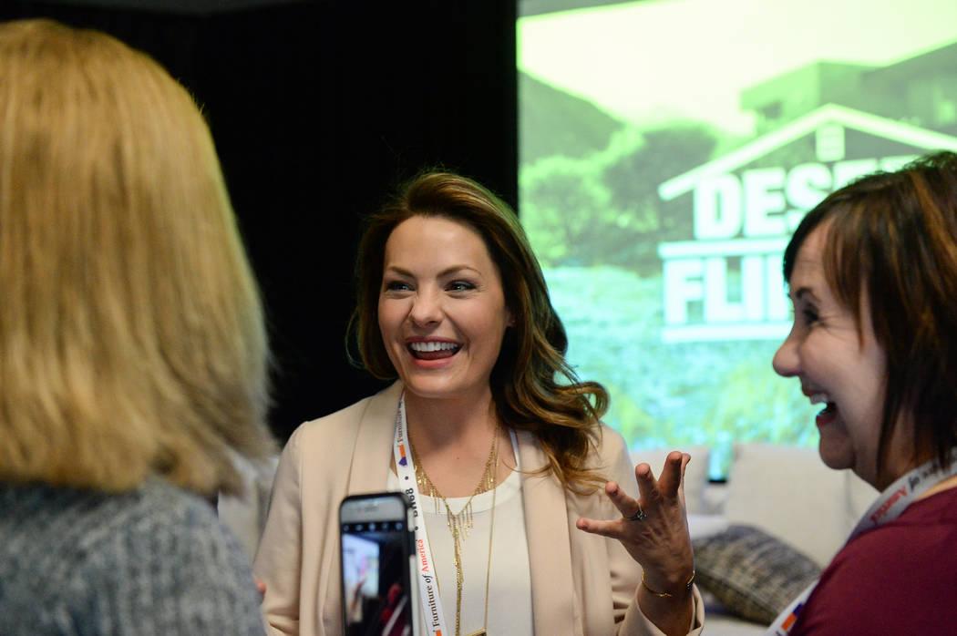 """Lindsey Bennett, una de las estrellas de """"Desert Flippers"""" de HGTV, habla con los asistentes después de un panel sobre la reventa de casas durante el segundo día del Mercado de Las Vegas que tuv ..."""