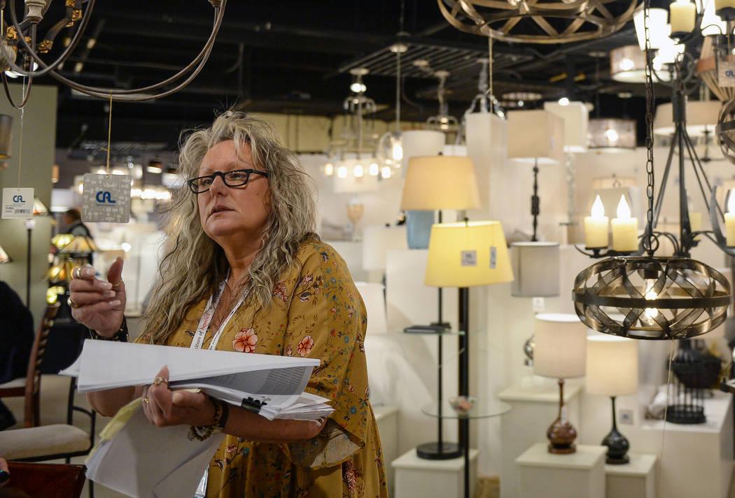 Debbie Gursley mira las lámparas que se exhiben en la exhibición de Iluminación y Accesorios de CA durante el segundo día del Mercado de Las Vegas que se celebra en el World Market Center de L ...