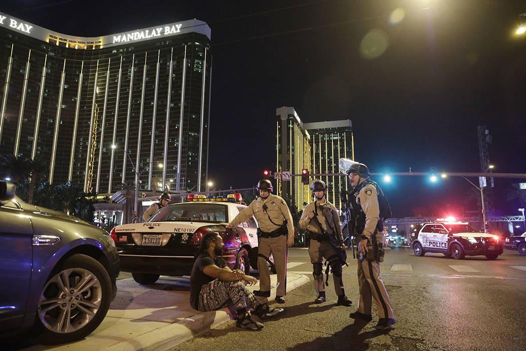 Los oficiales de policía se encuentran en la escena de un tiroteo masivo cerca de Mandalay Bay en el Strip de Las Vegas el 1 de octubre de 2017. (Foto AP / John Locher)