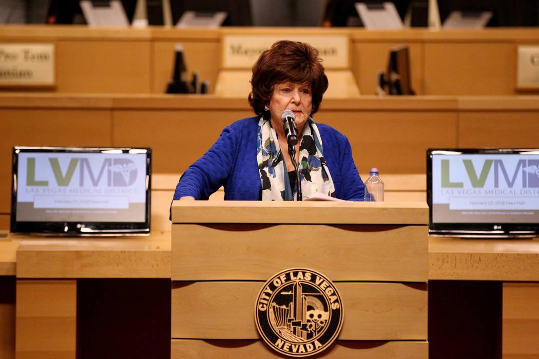 La concejala de Las Vegas, Lois Tarkanian, da la bienvenida a profesionales médicos para conocer la nueva cara de la atención médica en la reunión municipal del sur de Nevada en el ayuntamient ...