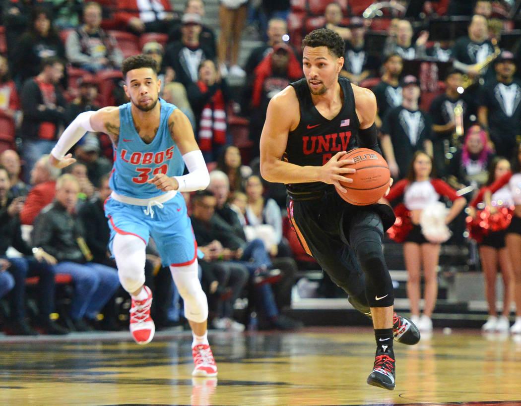 El defensa de los Rebels de la UNLV, Noah Robotham (5), driblea el balón en una escapada durante la primera mitad del juego de baloncesto de la NCAA contra los Lobos de Nuevo México en el Thomas ...