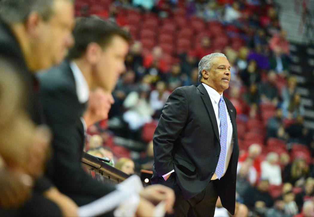 El entrenador en jefe de los UNLV Rebels, Marvin Menzies, habla con su equipo durante la segunda mitad del juego de baloncesto NCAA contra los Lobos de Nuevo México en el Thomas & Mack Center en ...