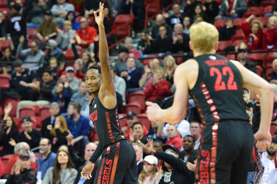 El defensa de los Rebels de la UNLV, Kris Clyburn (1), celebra un tiro de tres puntos durante la segunda mitad del juego de baloncesto de la NCAA contra los Lobos de Nuevo México en el Thomas & M ...