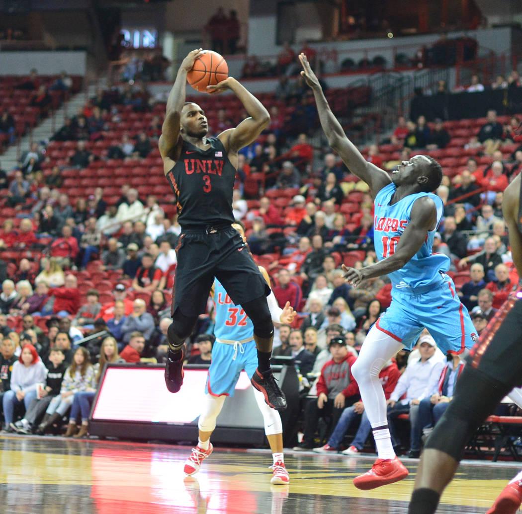 El defensa de los Rebels de la UNLV, Amauri Hardy (3), dispara el balón desde el carril durante la segunda mitad del juego de baloncesto de la NCAA contra los Lobos de Nuevo México en el Thomas ...