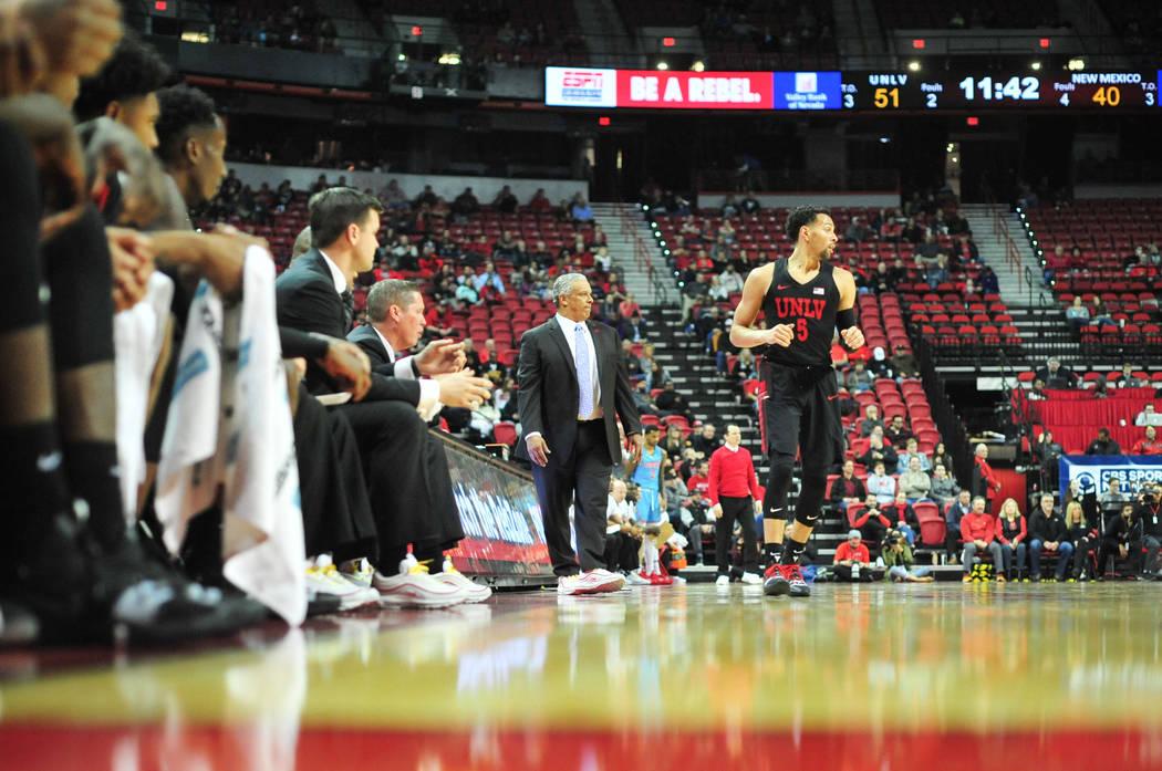El entrenador en jefe de los UNLV Rebels, Marvin Menzies, centro, se aleja mientras el defensa de la UNLV, Noah Robotham (5), pasa a correr durante la segunda mitad del juego de baloncesto de la N ...