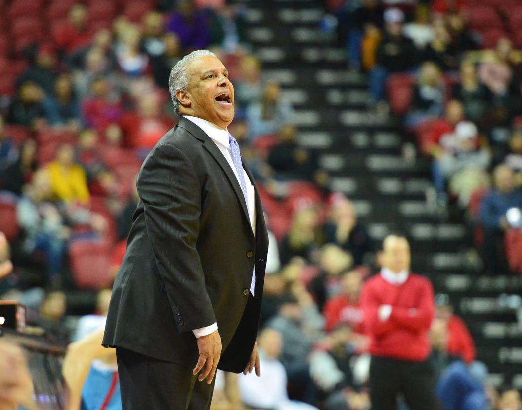 El entrenador en jefe de los UNLV Rebels, Marvin Menzies, le grita a su equipo durante la segunda mitad del juego de baloncesto NCAA contra los Lobos de Nuevo México en el Thomas & Mack Center en ...