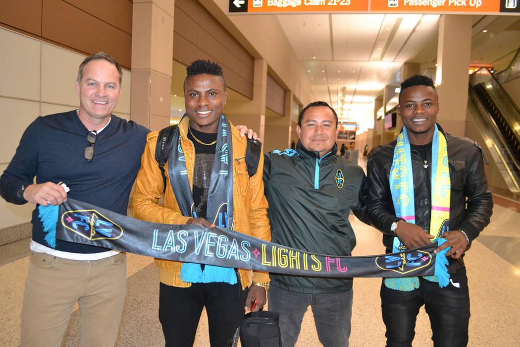 El cuerpo técnico de Las Vegas Lights F.C. acudió al Aeropuerto Internacional McCarran para recibir a sus dos refuerzos. [ Foto Las Vegas Lights F.C. ]