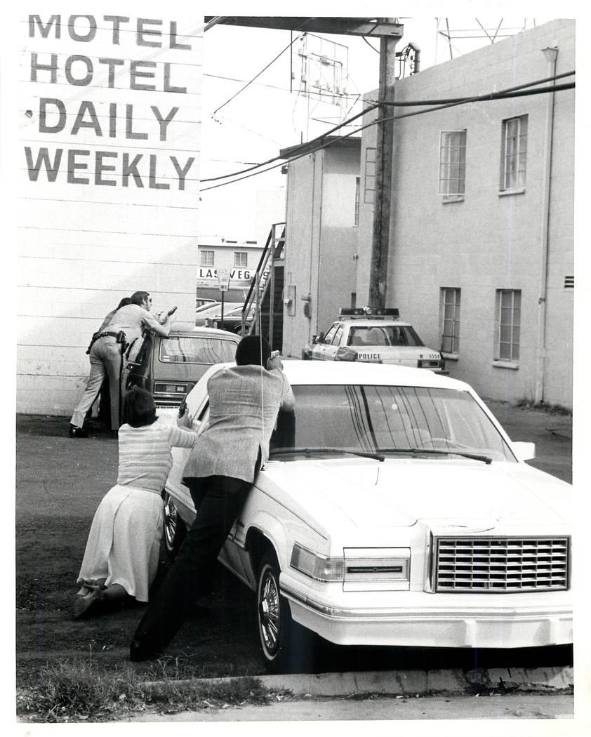 Los oficiales de la Policía Metropolitana se posicionan en un hotel al otro lado del hotel Beverly Palms, 218 S. Sixth St., el 19 de noviembre de 1981, en Las Vegas. The Beverly Palms fue el esce ...