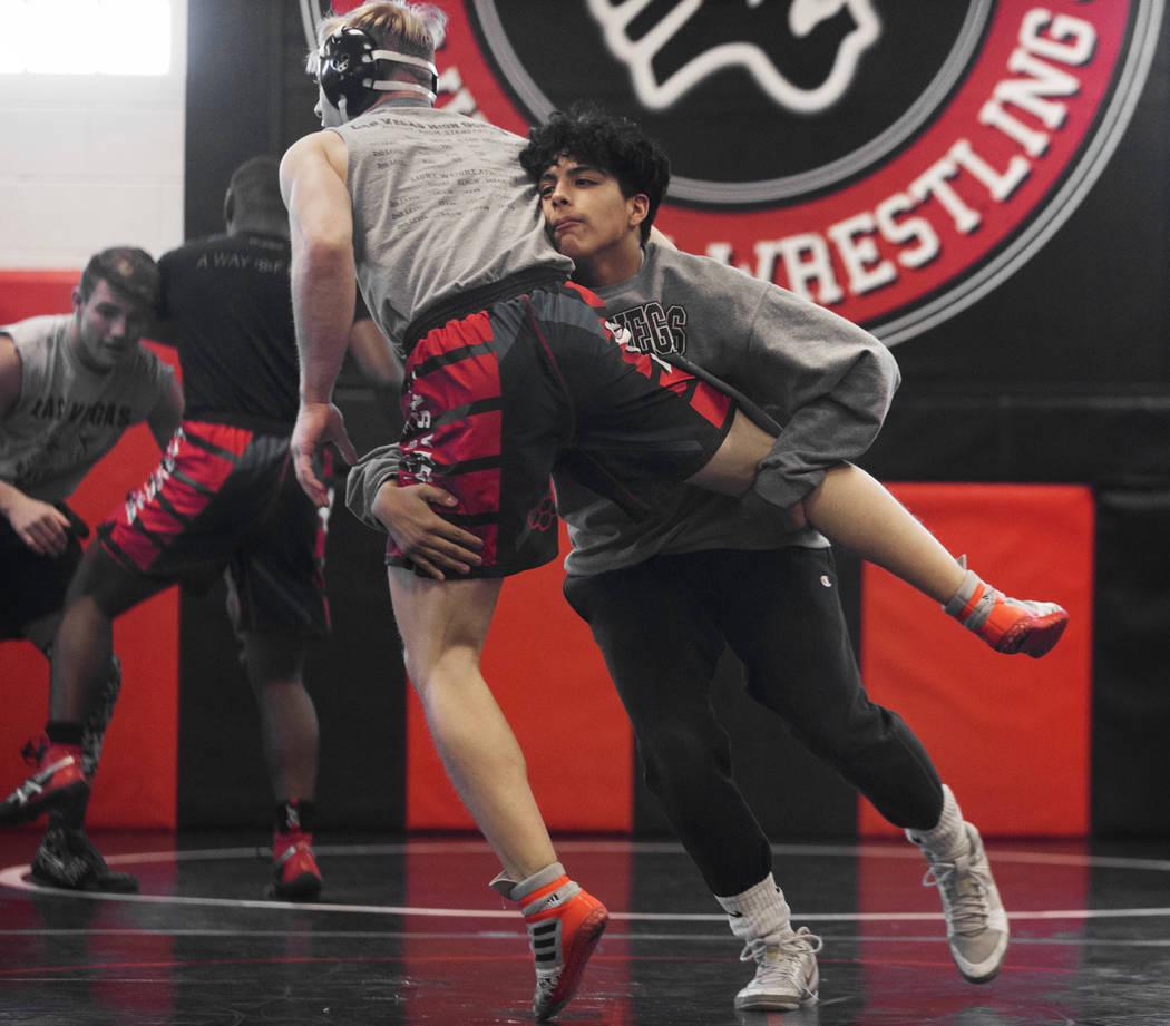 Jakob Alvarado, a la derecha, y Caleb Roach trabajan en simulacros durante la práctica de lucha libre el viernes 25 de enero de 2019, en Las Vegas High School, en Las Vegas. (Benjamin Hager / Las ...