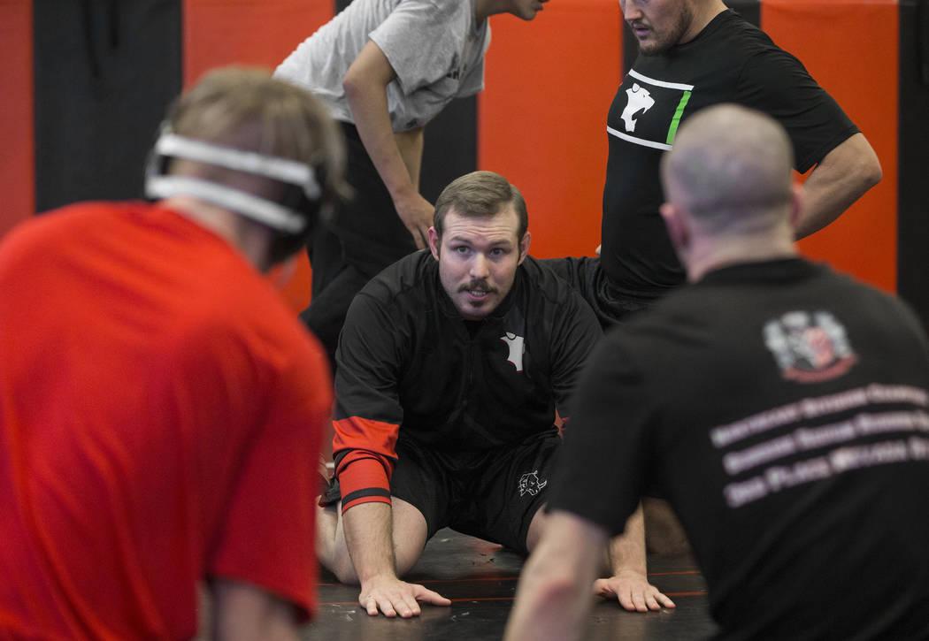 El entrenador Zach Hocker, en medio, da instrucciones durante la práctica de lucha libre el viernes 25 de enero de 2019, en Las Vegas High School, en Las Vegas. (Benjamin Hager / Las Vegas Review ...