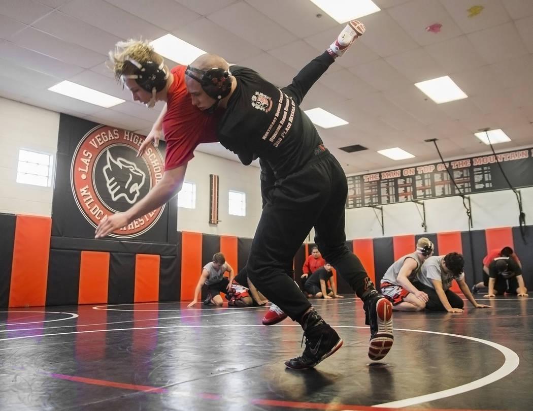 Daniel Law, a la derecha, levanta a Trace Everett durante la práctica de lucha libre el viernes 25 de enero de 2019, en Las Vegas High School, en Las Vegas. (Benjamin Hager / Las Vegas Review-Jou ...