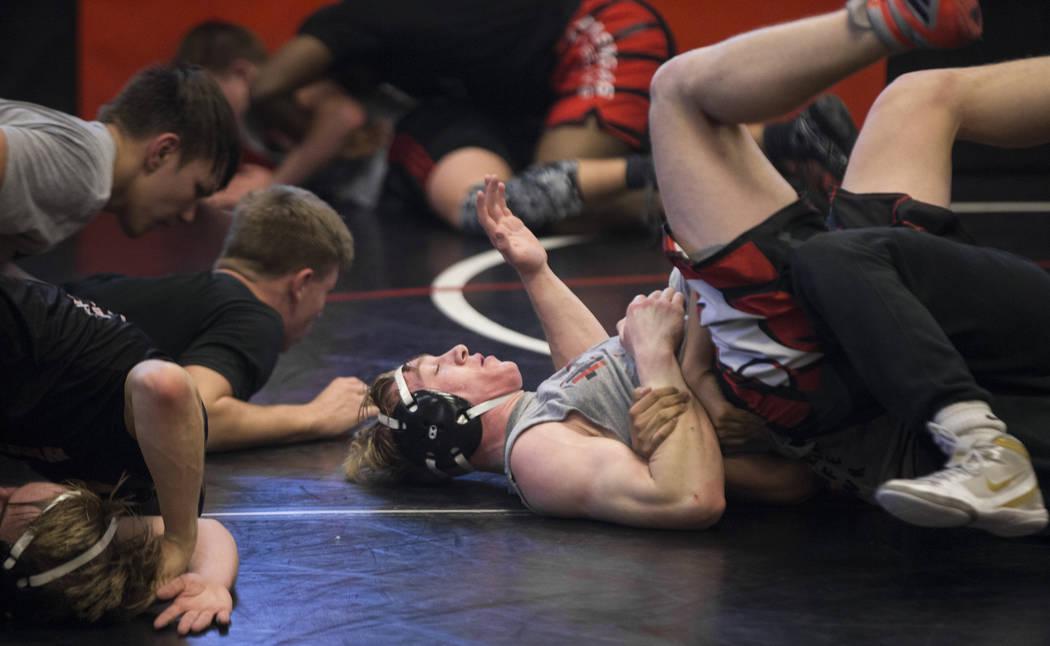 Caleb Roach, en medio, realiza un simulacro durante la práctica de lucha libre el viernes 25 de enero de 2019, en Las Vegas High School, en Las Vegas. (Benjamin Hager / Las Vegas Review-Journal) ...