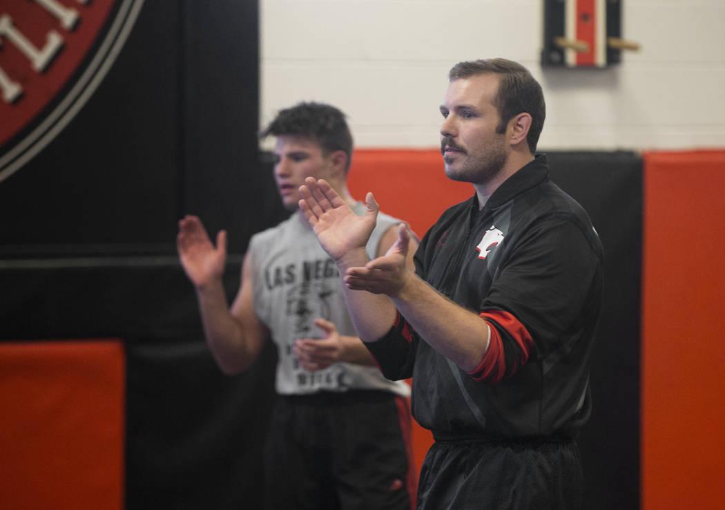 El entrenador Zach Hocker, a la derecha, da instrucciones durante la práctica de lucha libre el viernes 25 de enero de 2019, en Las Vegas High School, en Las Vegas. (Benjamin Hager / Las Vegas Re ...