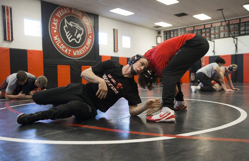 Daniel Law, derecha/inferior, lucha por la posición con su compañero de equipo Trace Everett durante la práctica de lucha el viernes 25 de enero de 2019, en Las Vegas High School, en Las Vegas. ...