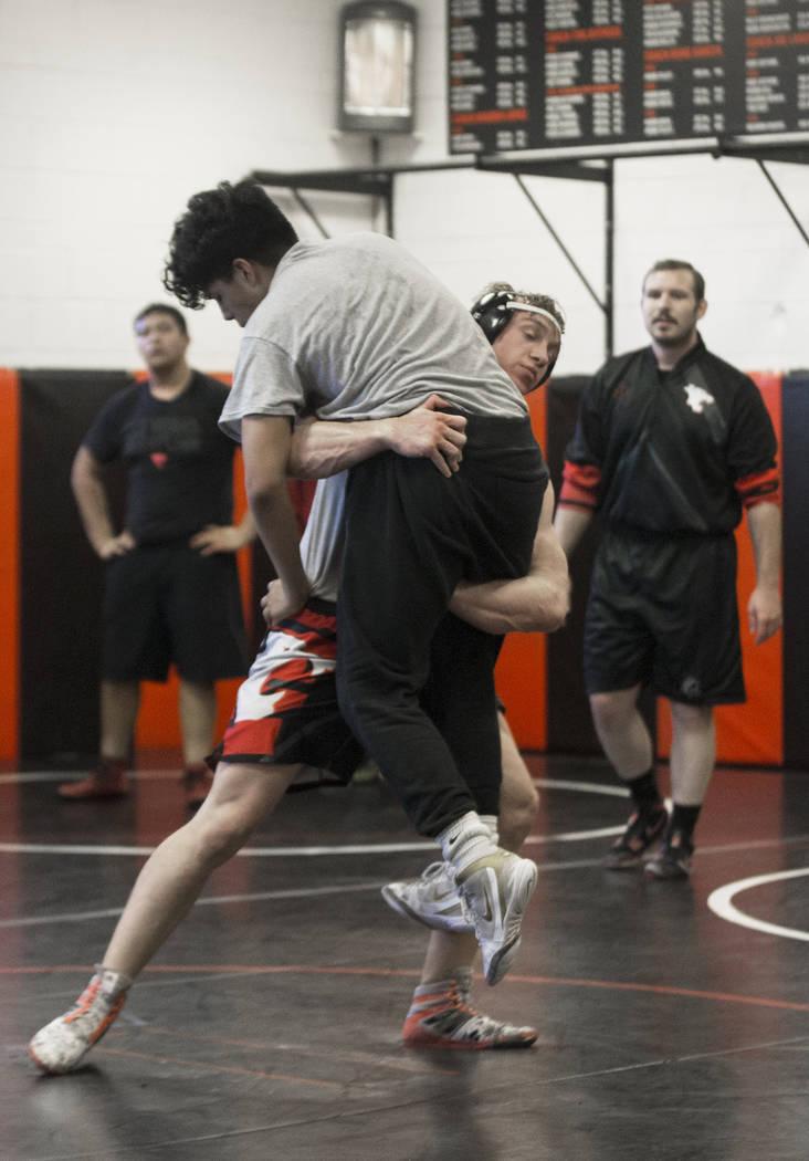 Caleb Roach, derecha/abajo, y Jakob Alvarado realizan simulacros durante la práctica de lucha libre el viernes, 25 de enero de 2019, en Las Vegas High School, en Las Vegas. (Benjamin Hager / Las ...