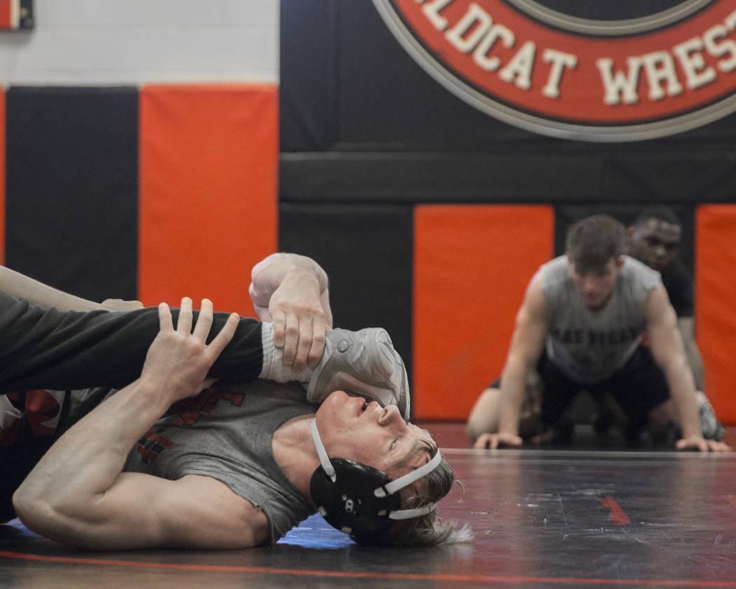Caleb Roach, a la izquierda, realiza un simulacro durante la práctica de lucha libre el viernes 25 de enero de 2019, en Las Vegas High School, en Las Vegas. (Benjamin Hager / Las Vegas Review-Jou ...
