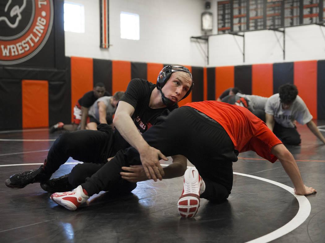 Daniel Law, a la izquierda, lucha por la posición con su compañero de equipo Trace Everett durante la práctica de lucha el viernes 25 de enero de 2019, en Las Vegas High School, en Las Vegas. ( ...