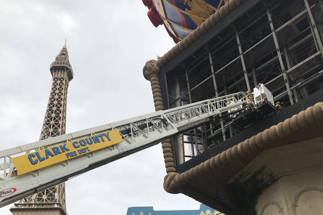 Los bomberos del Condado de Clark estaban trabajando para rescatar a un hombre el jueves por la tarde después de que se cayera del globo en Paris Las Vegas. (Departamento de Bomberos del Condado ...