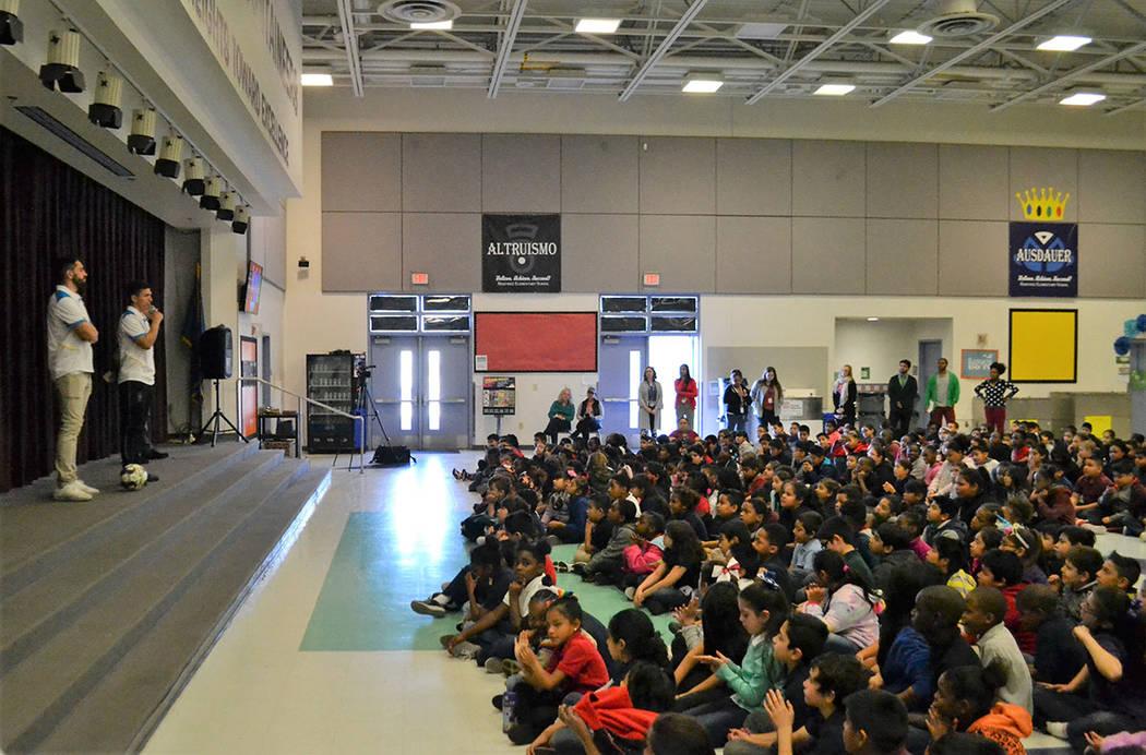 Los porteros de Las Vegas Lights F.C., Thomas Olsen y Ángel Álvarez fomentaron la lectura ante 400 niños de la escuela primaria Reynaldo Martínez. [ Foto Las Vegas Lights F.C. ]