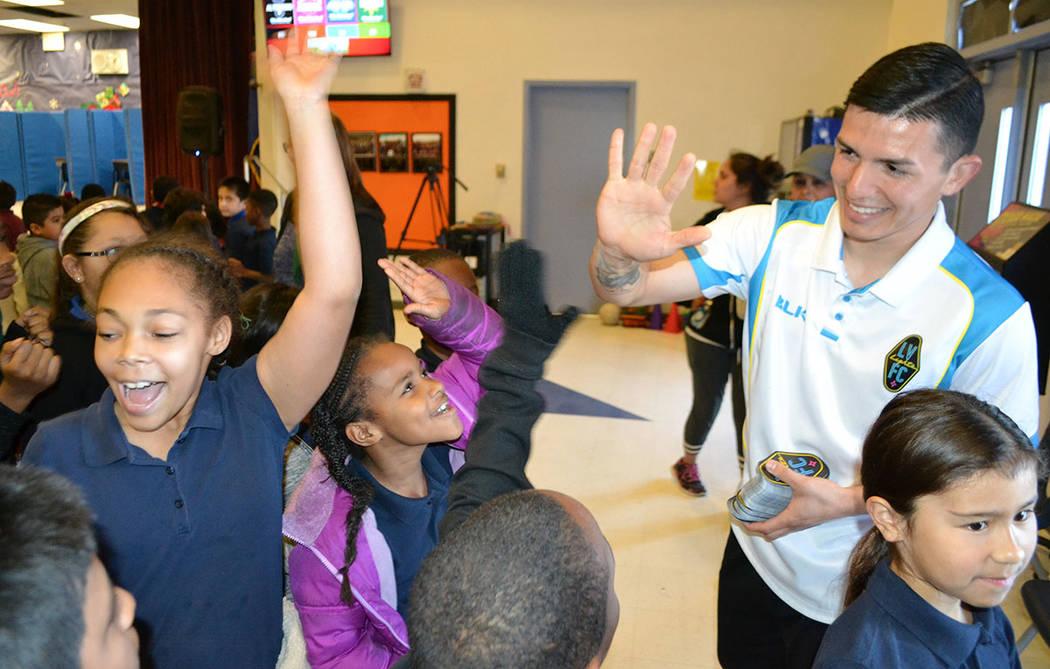 Los deportistas organizaron un concurso de habilidades futbolísticas para los estudiantes de la escuela primaria Reynaldo Martínez. [ Foto Las Vegas Lights F.C. ]