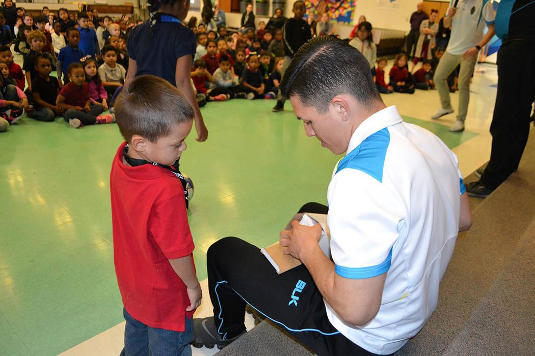 La mascota y jugadores de los Lights F.C. tuvieron la oportunidad de convivir con estudiantes de la escuela primaria Reynaldo Martínez. [ Foto Las Vegas Lights F.C. ]