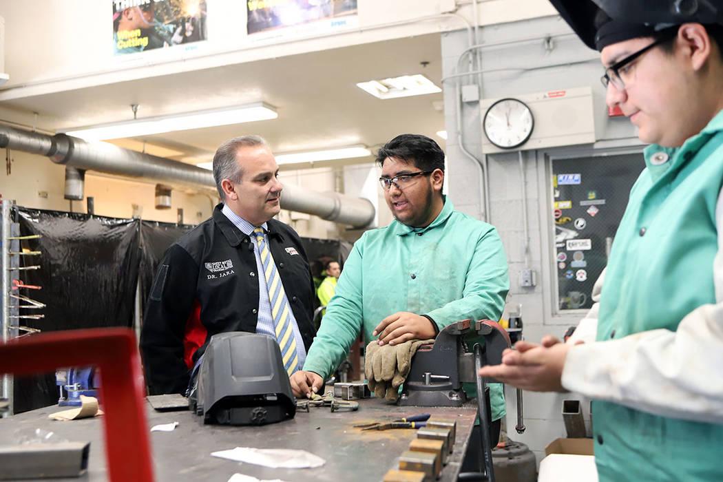 El superintendente del CCSD, el Dr. Jesús Jara se mostró entusiasmado con la respuesta de los estudiantes, durante la jornada denominada Cumbre de Aprendizaje. Miércoles 30 de enero de 2019, en ...