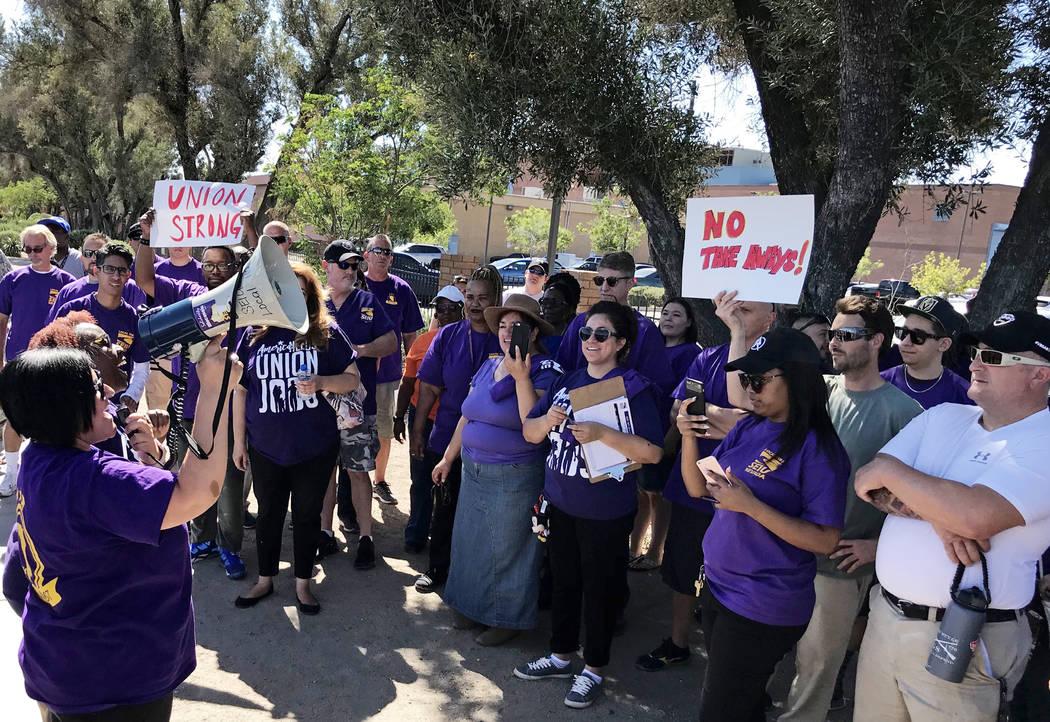 Miembros del grupo Service Employees International Union fuera del Las Vegas Review-Journal el martes 19 de junio de 2018 en Las Vegas. El SEIU se encuentra en medio de negociaciones con la Autori ...