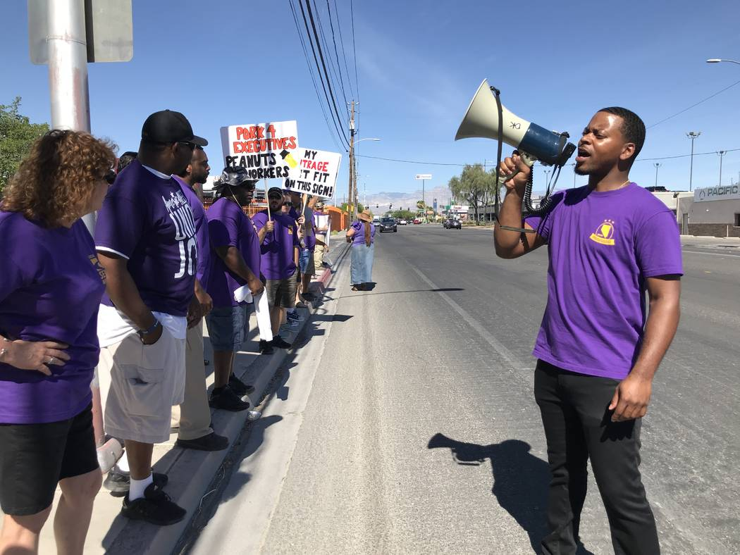 William McCurdy, director político del Service Employees International Union, encabeza una manifestación frente al Las Vegas Review-Journal el martes 19 de junio de 2018 en Las Vegas. El SEIU se ...